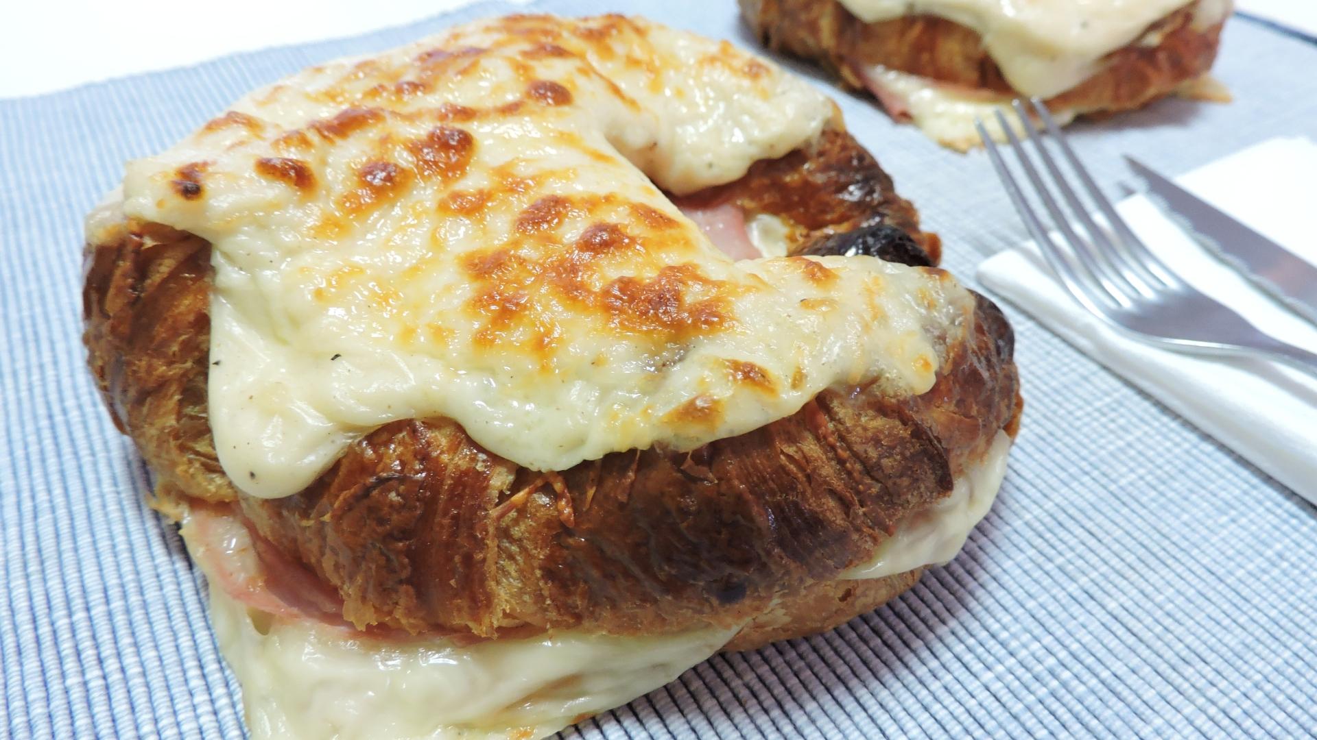 Cruasanes Rellenos (de jamón y queso) con Besamel