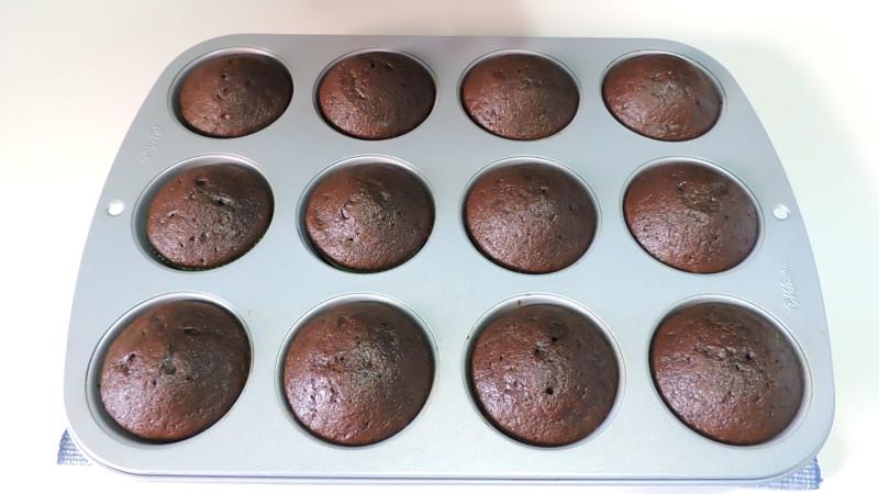 Cupcakes de chocolate recién horneados
