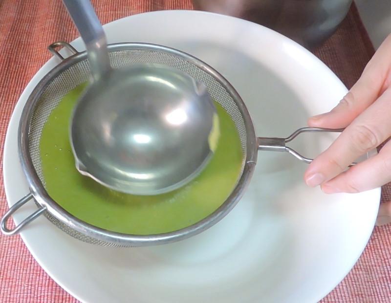 Colando la crema de guisantes