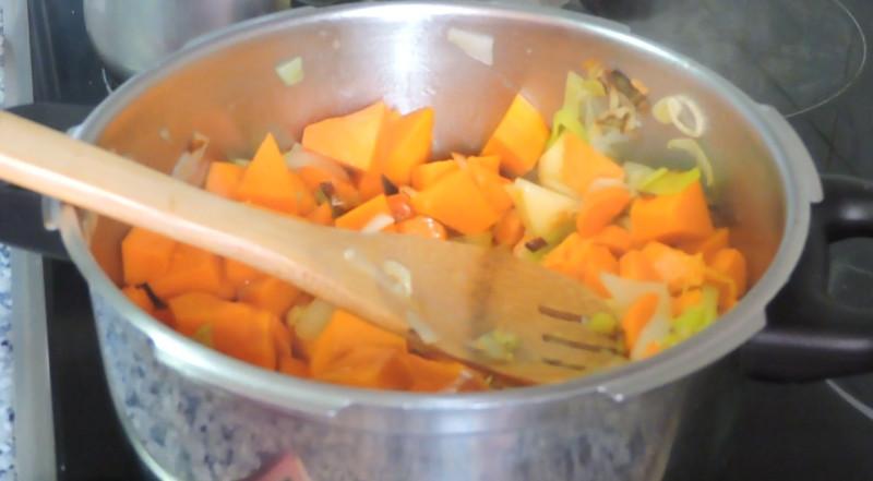 Rehogando las verduras para la crema de calabaza