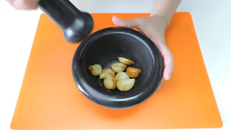 Ajos fritos en el mortero