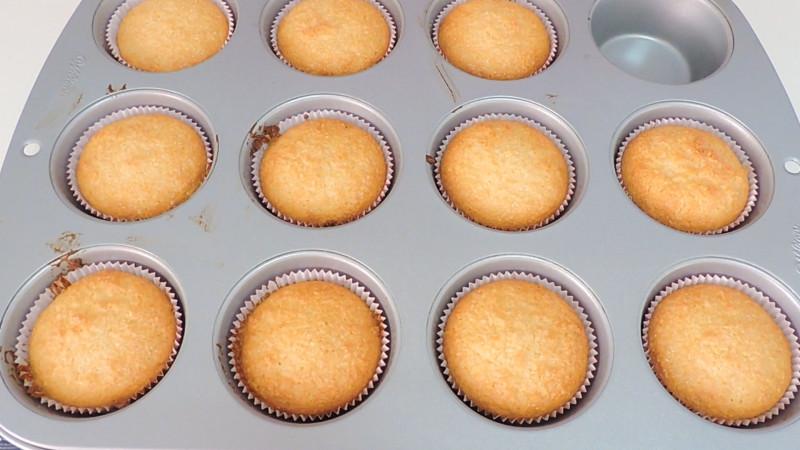 Pasteles de coco y leche condensada recién horneados