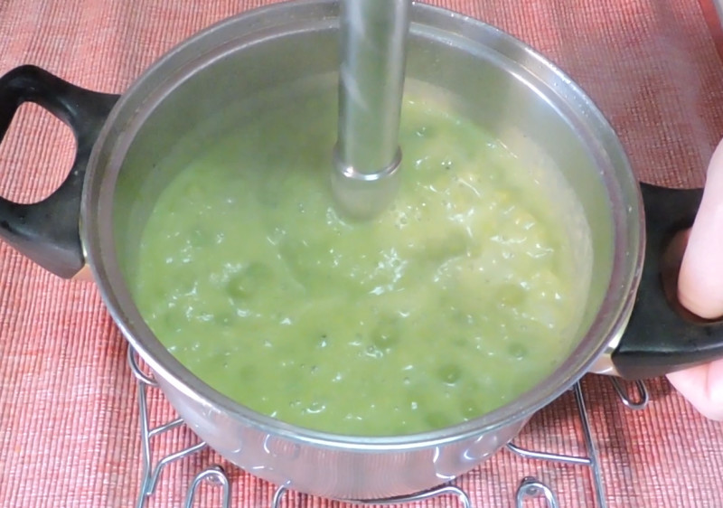 Triturando la crema de guisantes