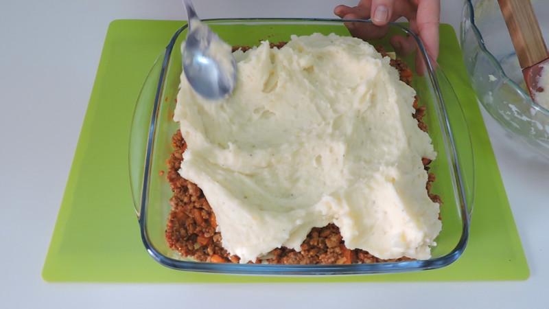 Montando el pastel de carne y patata