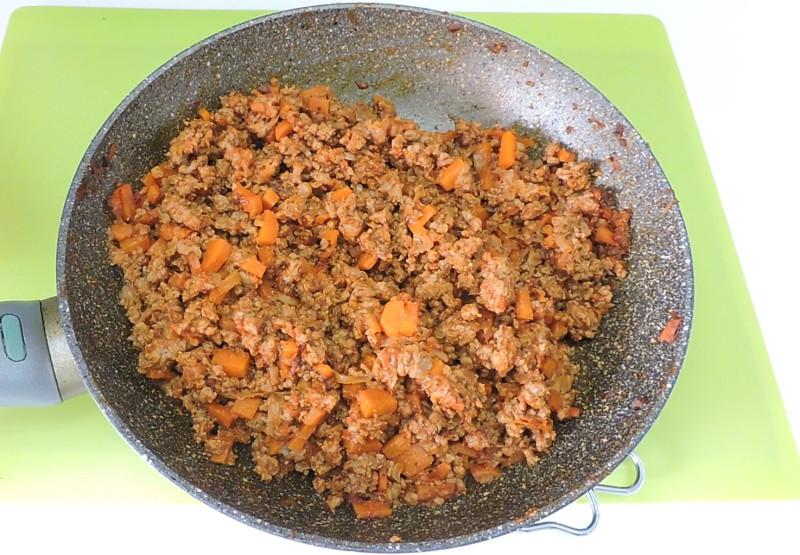 Carne con verduras y salsa de tomate