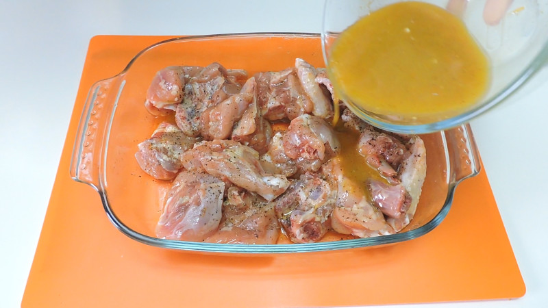 Agregando la salsa al pollo
