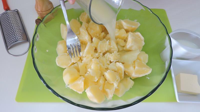Añadiendo el agua de la cocción a las patatasAñadiendo el agua de la cocción a las patatas