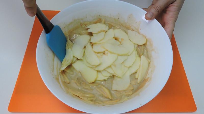 Mezclando la manzana en la masa