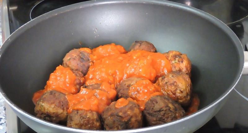Albóndigas fritas cocinándose con el tomate