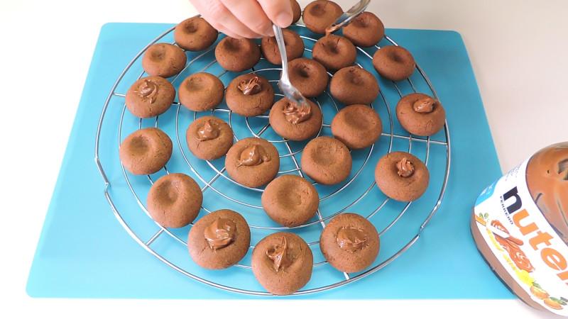 Rellenando las galletas horneadas con nutella