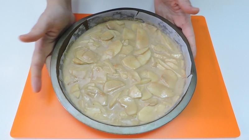 Masa y manzanas en el molde