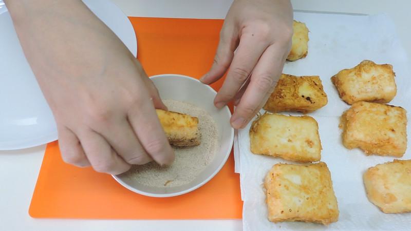 Rebozando la leche frita en canela y azúcar