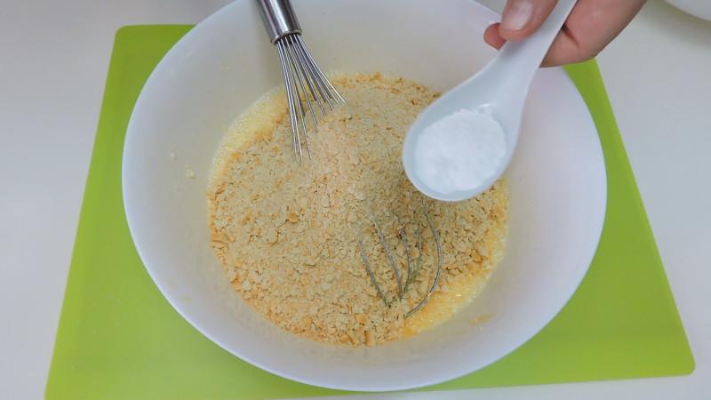 Añadiendo la galleta y la levadura a la masa