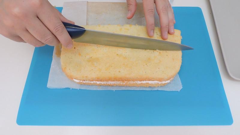 Cortando el bizcocho relleno para hacer los pasteles