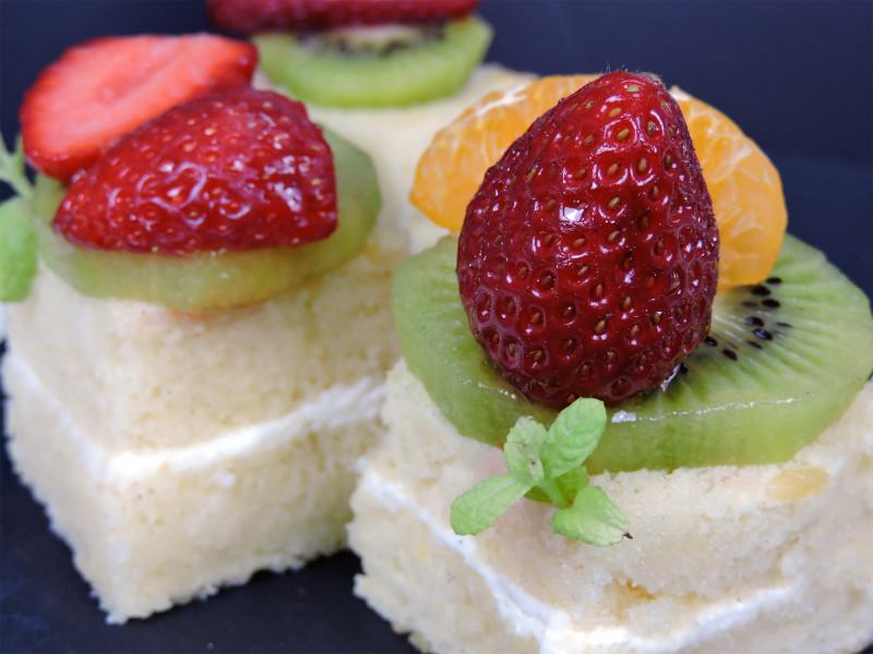 "Pasteles ""borrachos"" (de almíbar) con fruta"