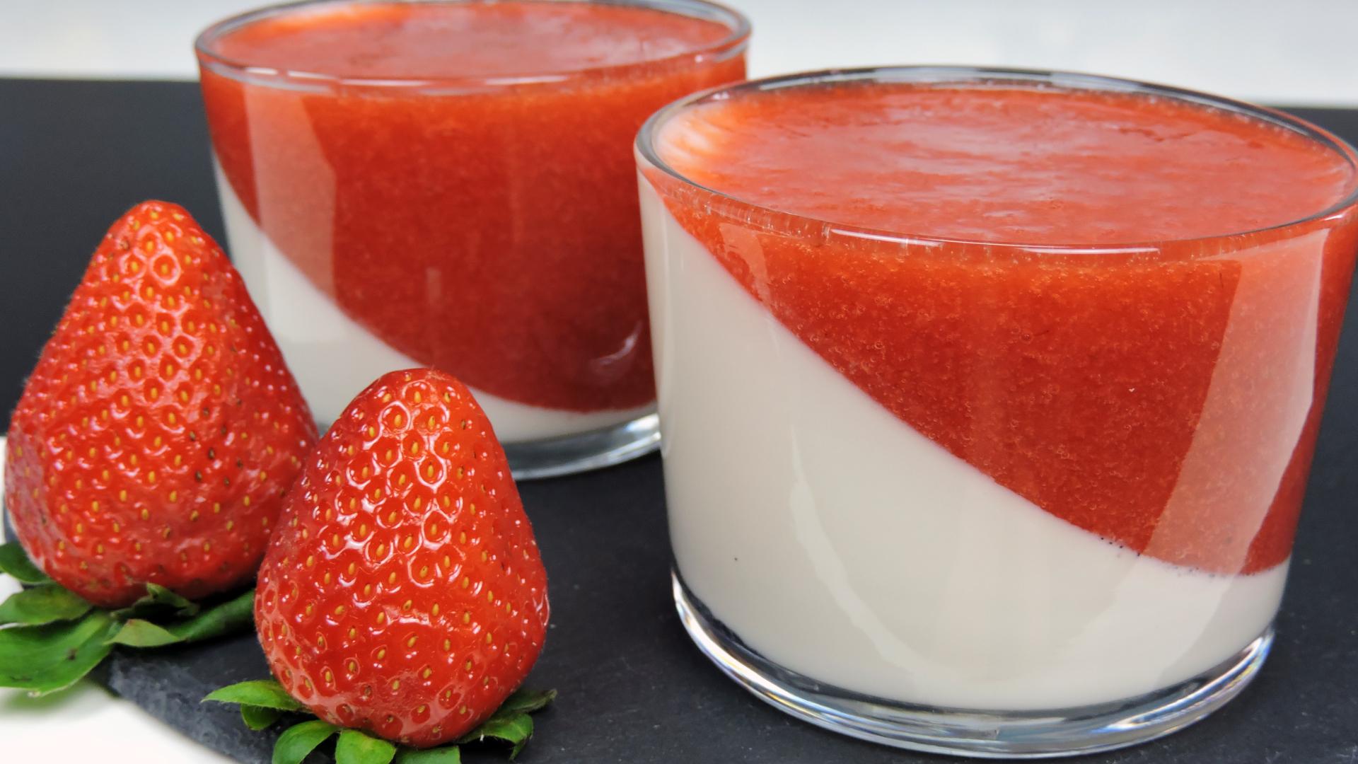 Panacota con salsa de fresas (Panna Cotta)