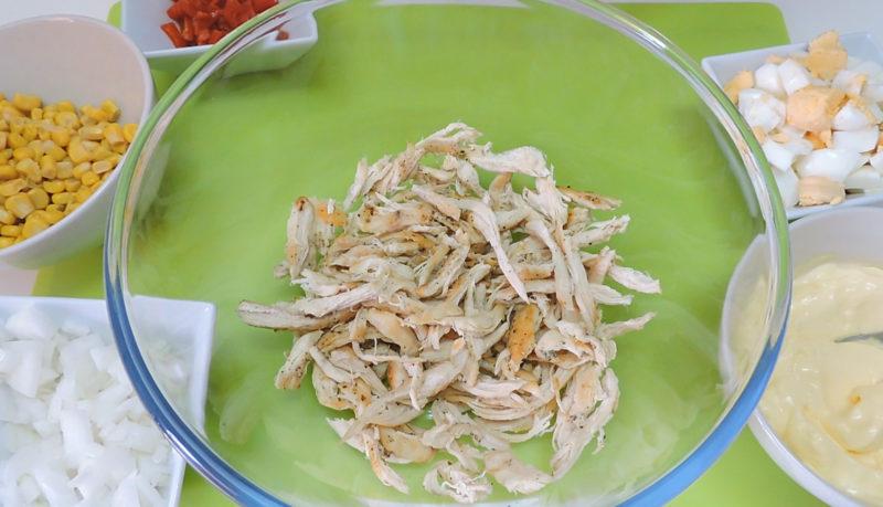 Pollo deshilachado para preparar el pastel de pollo