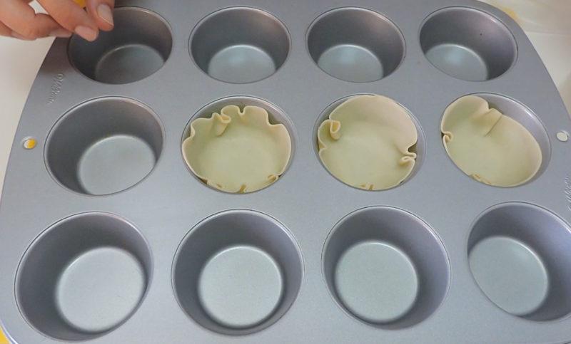 Colocando las bases de las quiches en el molde