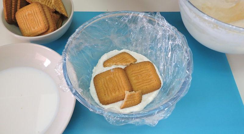 Montando la tarta de galletas y coco