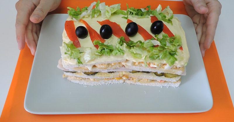 Pastel de pollo (pastel de sándwich o sandwichón de pollo) ya terminado
