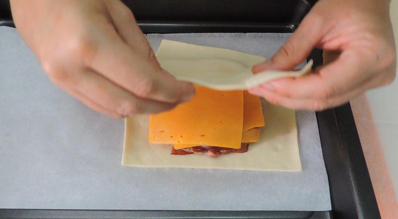 Envolviendo la hamburguesa en hojaldre