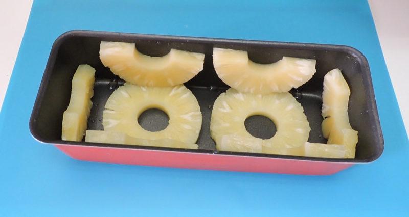 Rodajas de piña colocadas en el molde