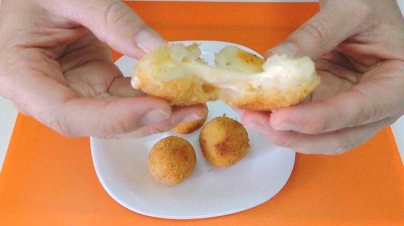 Interior de una bolita de patata rellena de queso fundido
