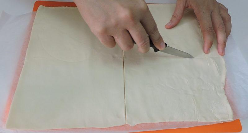 Dividiendo la masa de hojaldre en 4 rectángulos