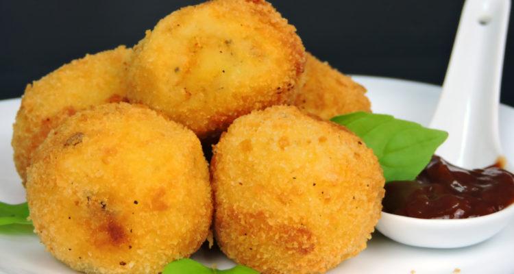 Bolitas de patata rellenas de queso fundido