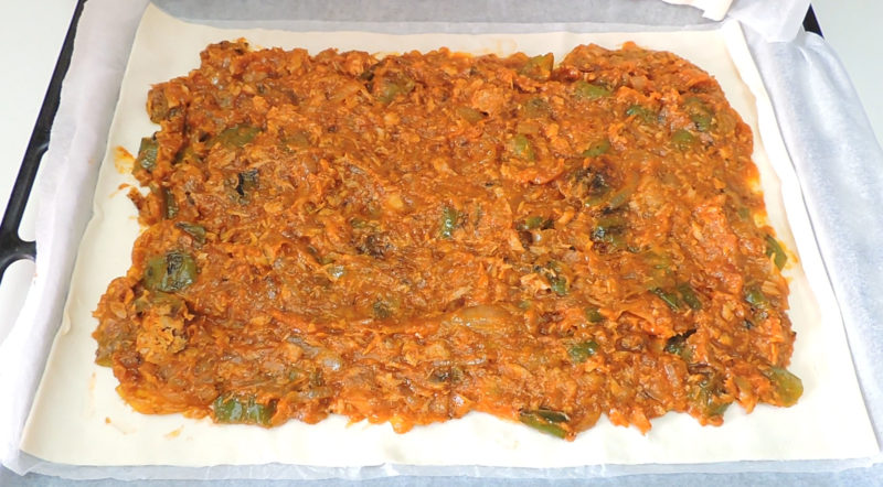 Relleno de atún, tomate y verduras sobre la lámina de hojaldre