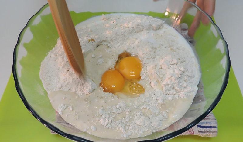 Preparando la masa de los rollos de canela
