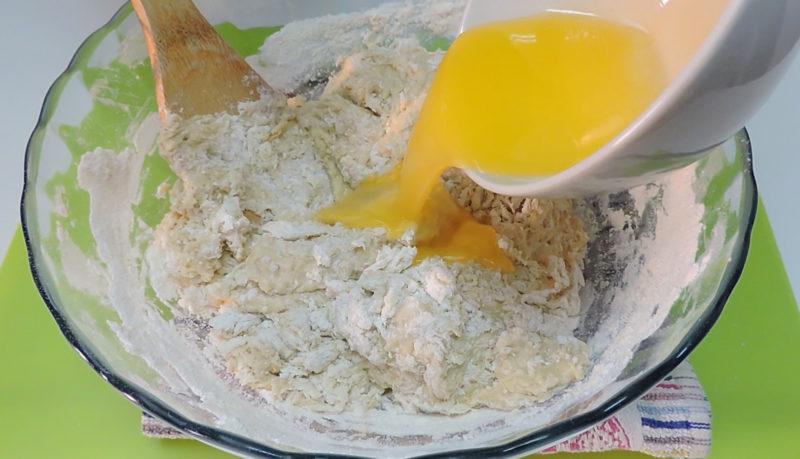 Añadiendo la mantequilla a la masa