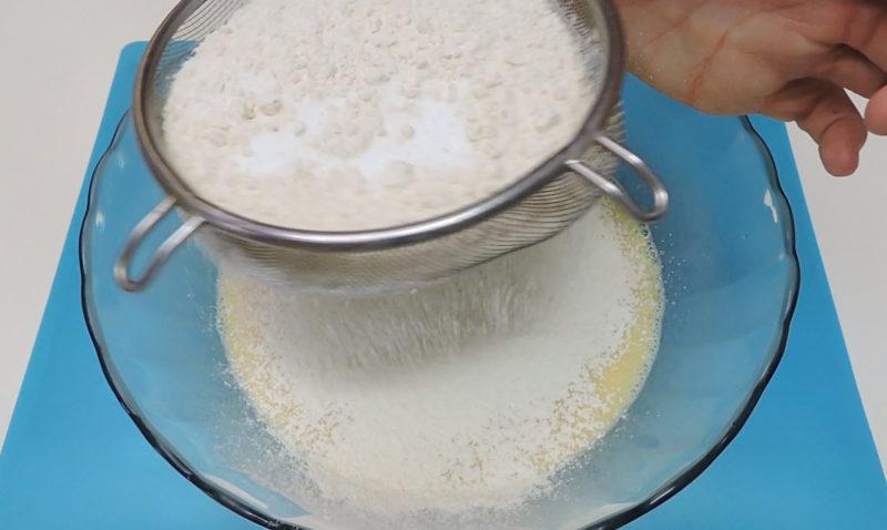 Tamizando la harina y la levadura sobre la masa