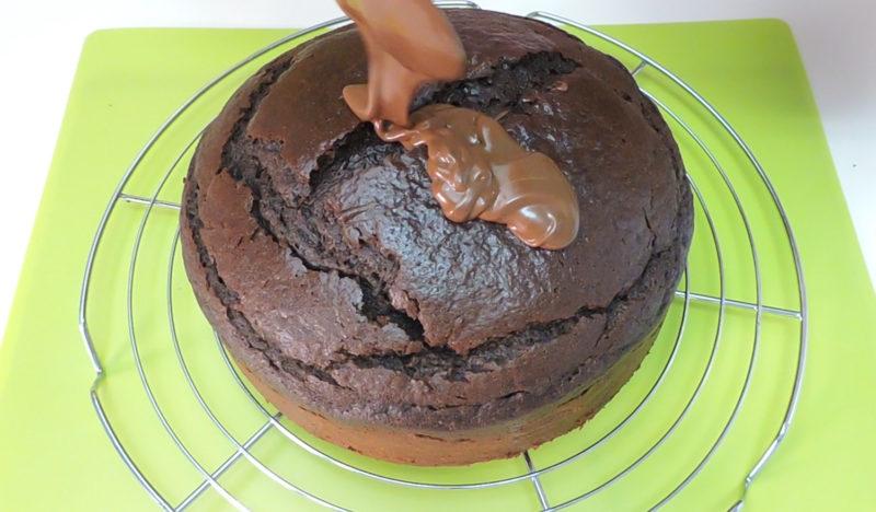 Cubriendo el bizcocho con la ganache de chocolate