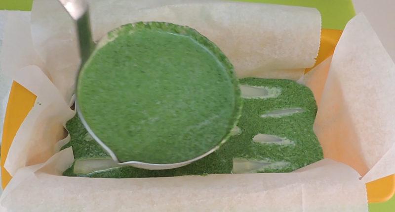 Montando el pastel de espinacas y espárragos