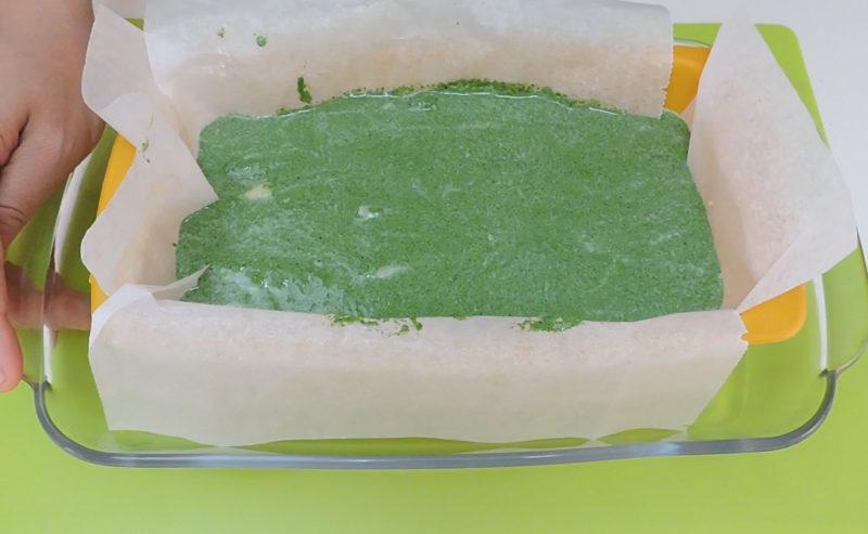 Pastel de espinacas antes de hornear al baño maría