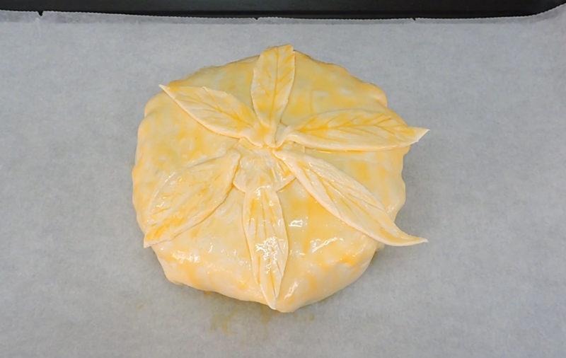 Hojaldre relleno de queso y frutos secos antes de hornear