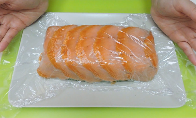 Adhiriendo el salmón al pastel de espinacas