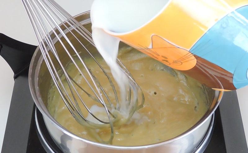 Agregando la leche sobre la harina cocinada