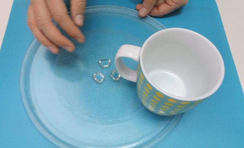 Colocando la taza con el asa hacia el interior del microondas
