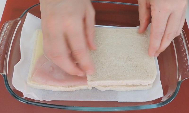 Montando el pastel de jamón y queso
