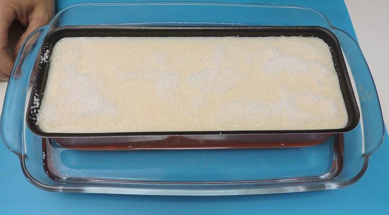 Flan de leche condensada y coco antes de hornear al baño maría