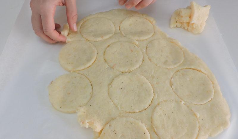 Retirando la masa de patata sobrante