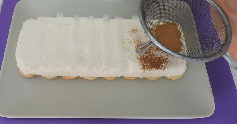 Espolvoreando canela sobre la tarta