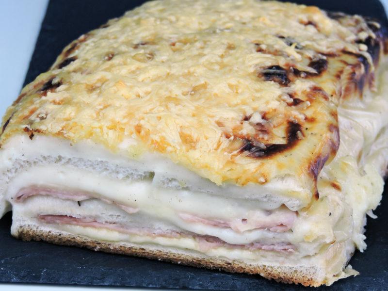 """Pastel de jamón y queso, pastel de sándwich o """"croque cake"""""""