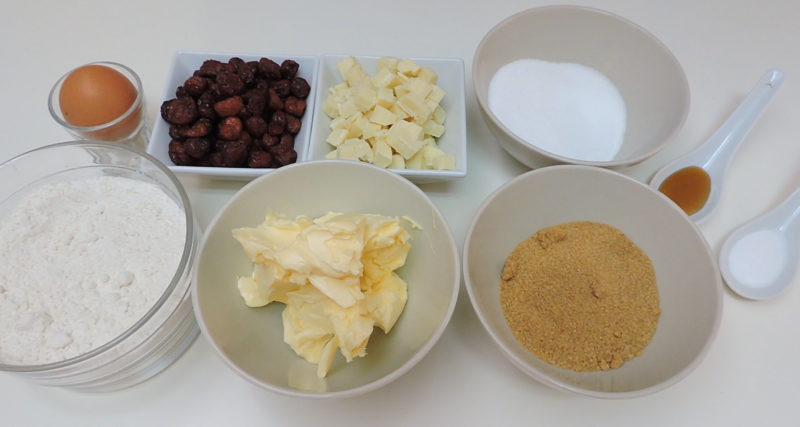Ingredientes para las galletas caseras de chocolate blanco y arándanos