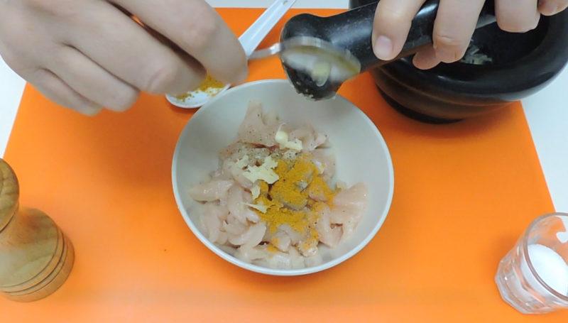 Aliñando el pollo