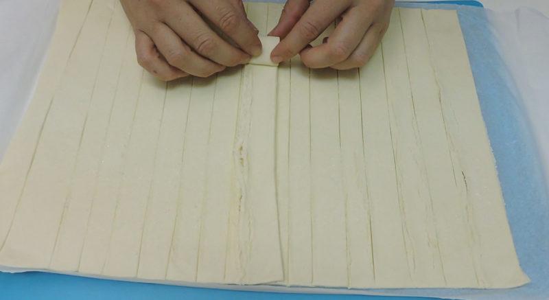 Enrollando una tira de hojaldre