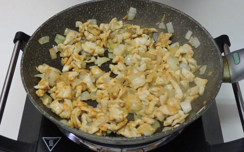 Preparando el relleno de pollo al curry