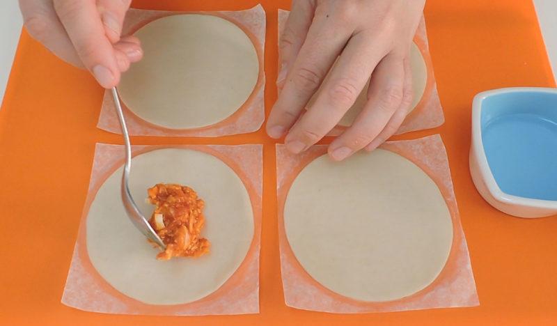 Rellenando las empanadillas